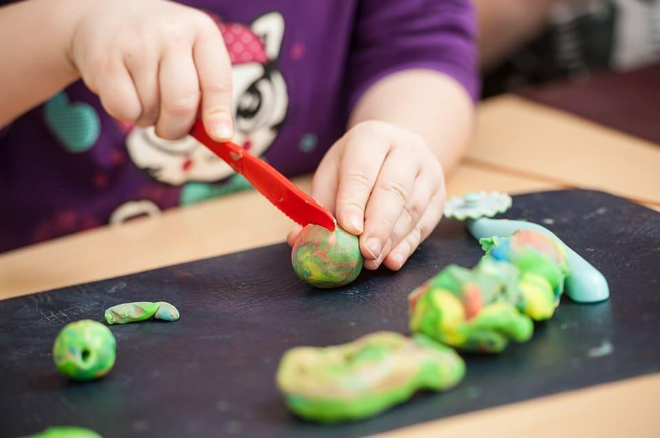 beneficios para los niños jugar con plastilina