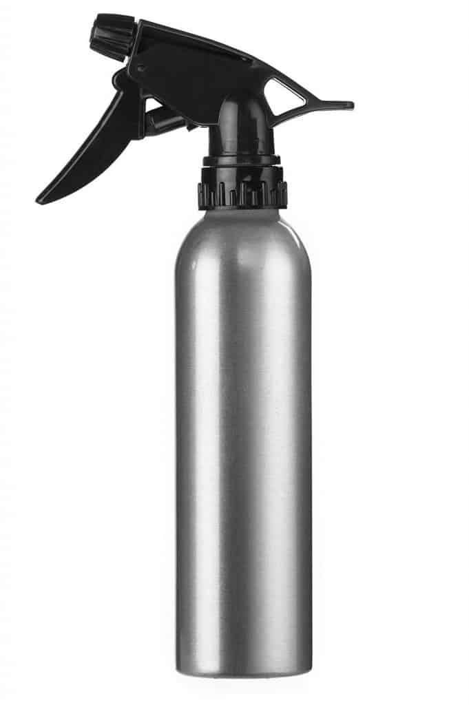 utiliza un difusor de agua para eliminar las manchas de plastilina