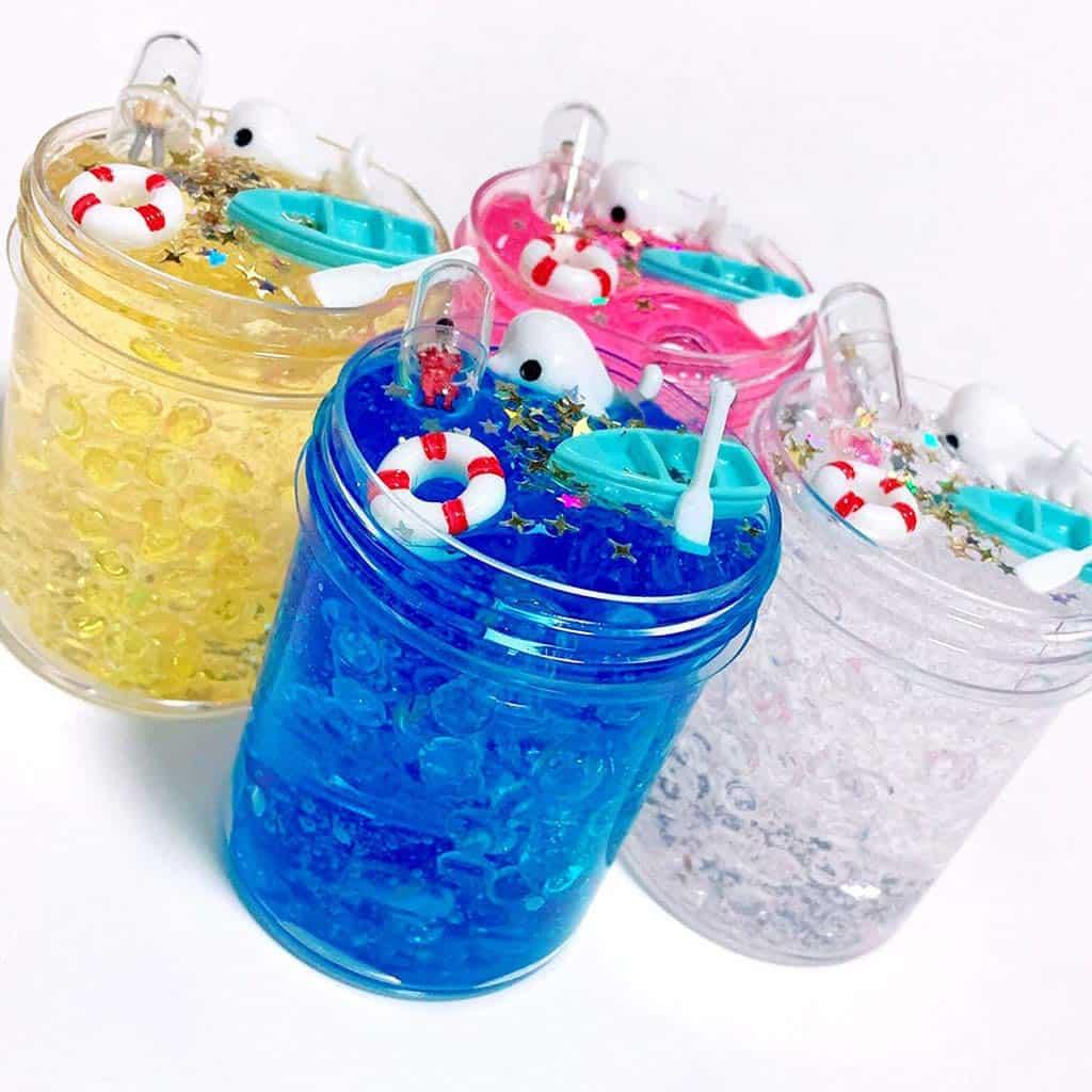 plastilina slime en vasos
