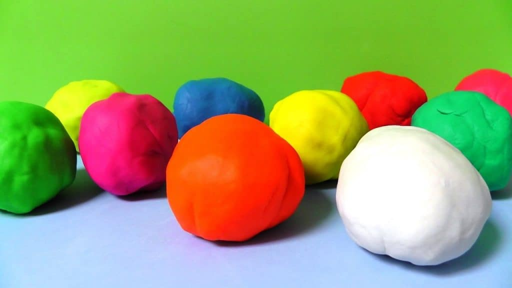 los huevos de plastilina son el juego favorito de los niños