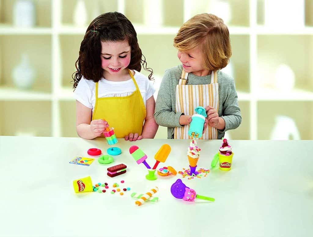 niños jugando con plastilina play doh helados deliciosos